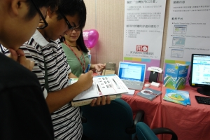 Visitors (high school students) taking a quiz after CC Taiwan team member, Polley (in green), explaining to them the licenses