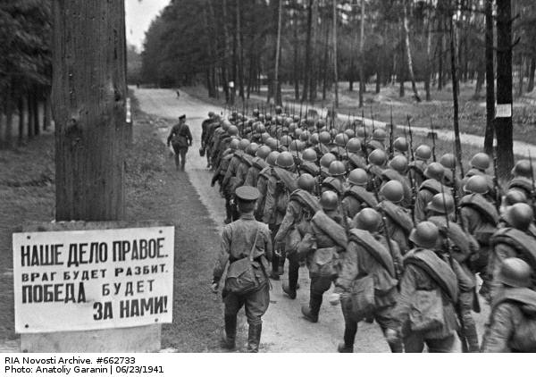 RIAN_archive_+662733_Recruits_leave_for_front_during_mobilization.jpg