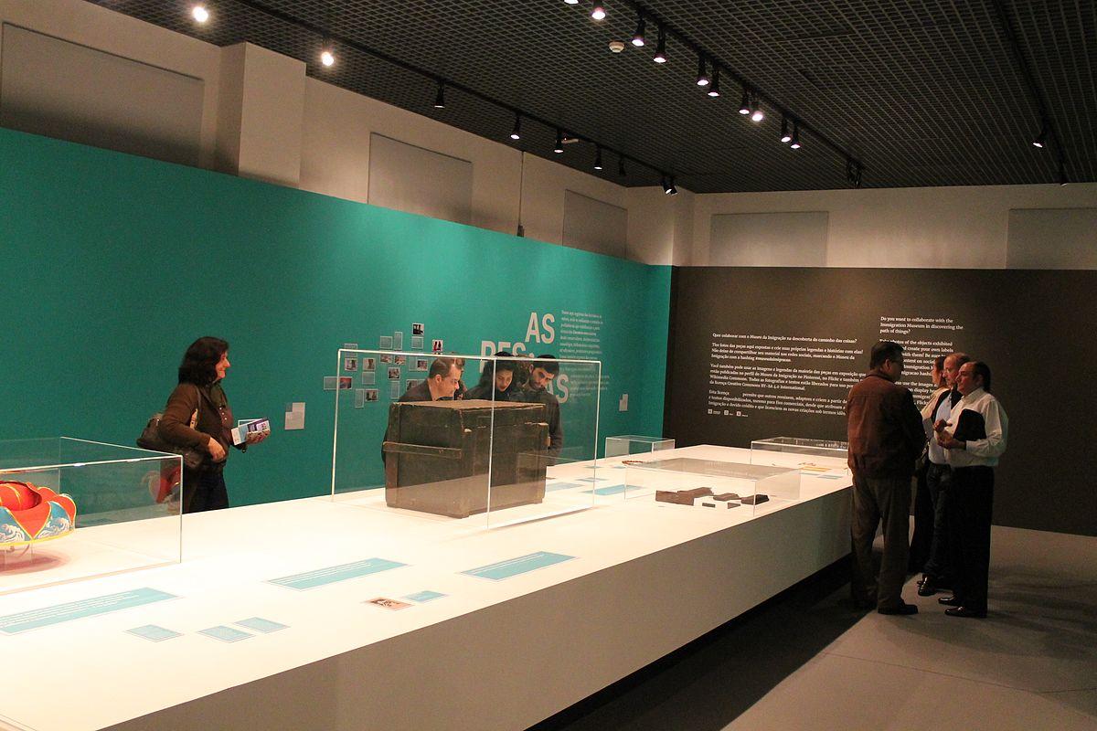 1200px-Inauguração_da_exposição_o_caminho_das_coisas_Núcleo_Caminhos