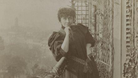 Portrait de l'écrivaine libertaire et féministe Caroline Rémy dite Séverine (1855-1929), sur son balcon.